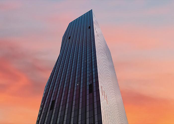 Der DC-Tower in Wien im Abendrot
