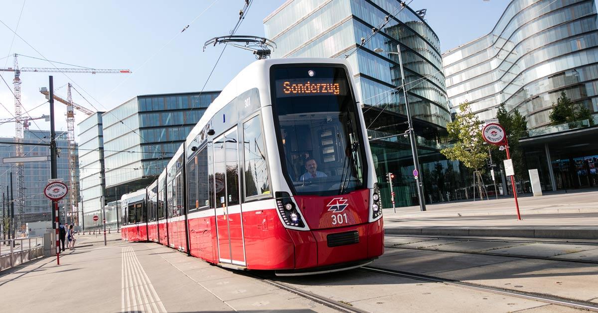 """Die Straßenbahngarnitur """"Flexity"""" von Bombardier bei einer ersten Fahrt in Wien"""