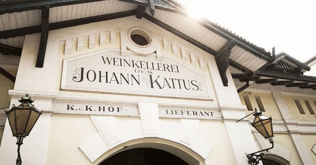Der Eingang zur Weinkellerei der Firma Kattus