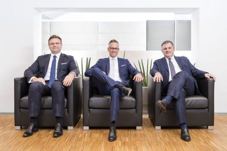 Die drei Vorstände der Wiener Privatbank sitzen nebeneinander auf 3 Ledersessln